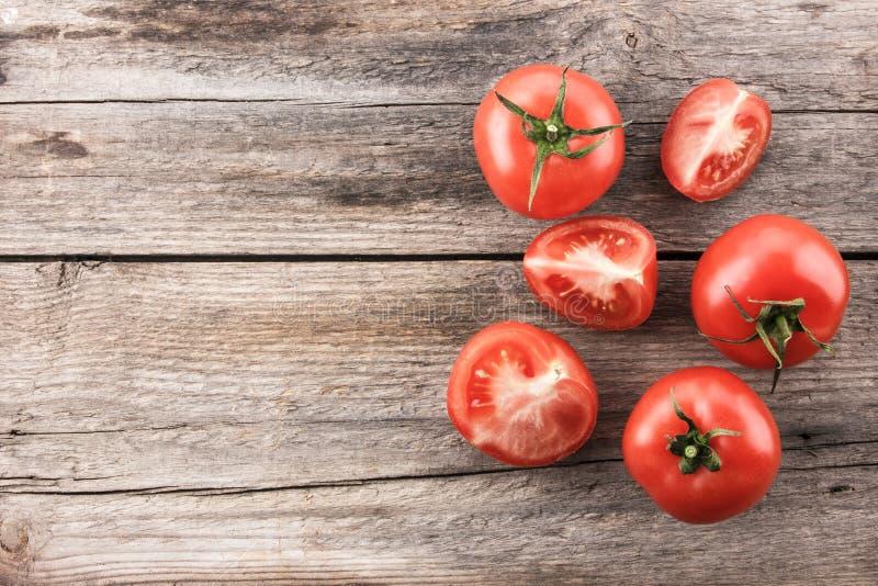 Tomates sur le panneau en bois images libres de droits