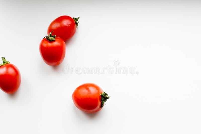 Tomates sur un fond blanc image stock