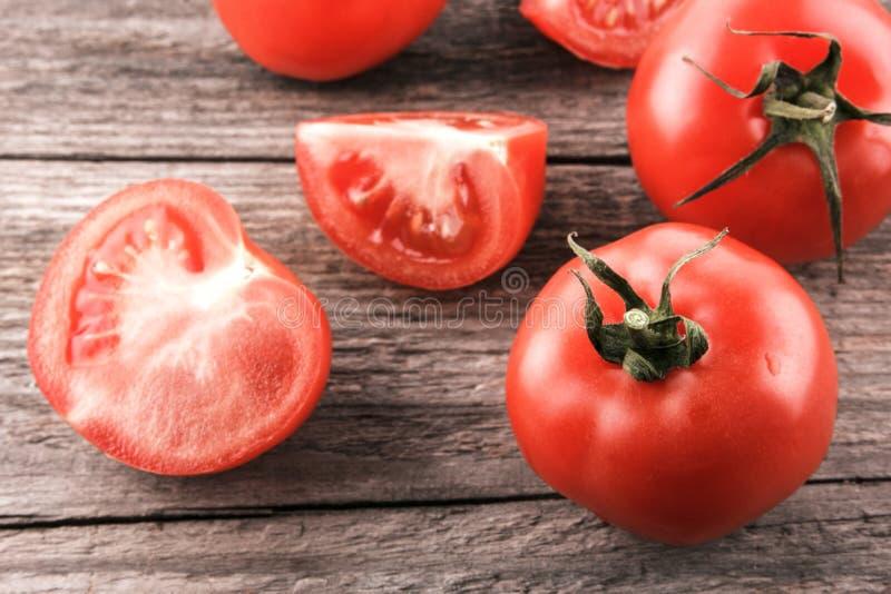 Tomates sur un panneau en bois photos stock