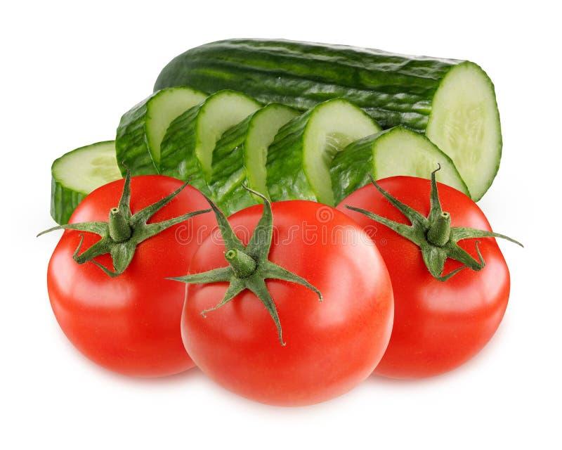 Tomates vermelhos e pepinos verdes isolados no fundo branco imagens de stock royalty free