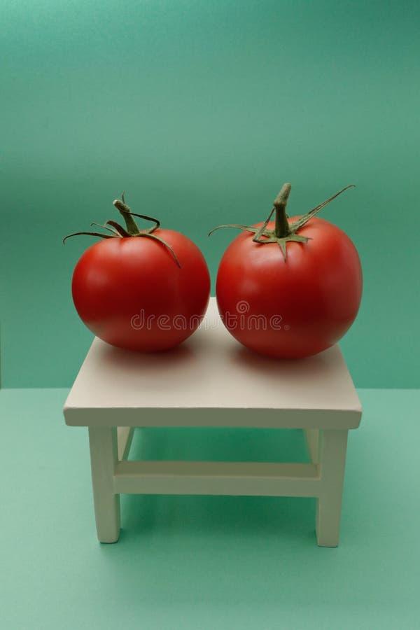 Tomates vermelhos maduros na serapilheira velha foto de stock
