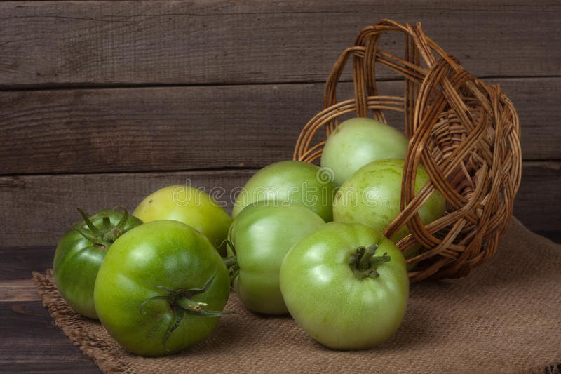 Download Tomates Vertes Non Mûres Dans Un Panier En Osier Sur Le Fond Et La Toile à Sac En Bois Image stock - Image du agriculture, culture: 77153243
