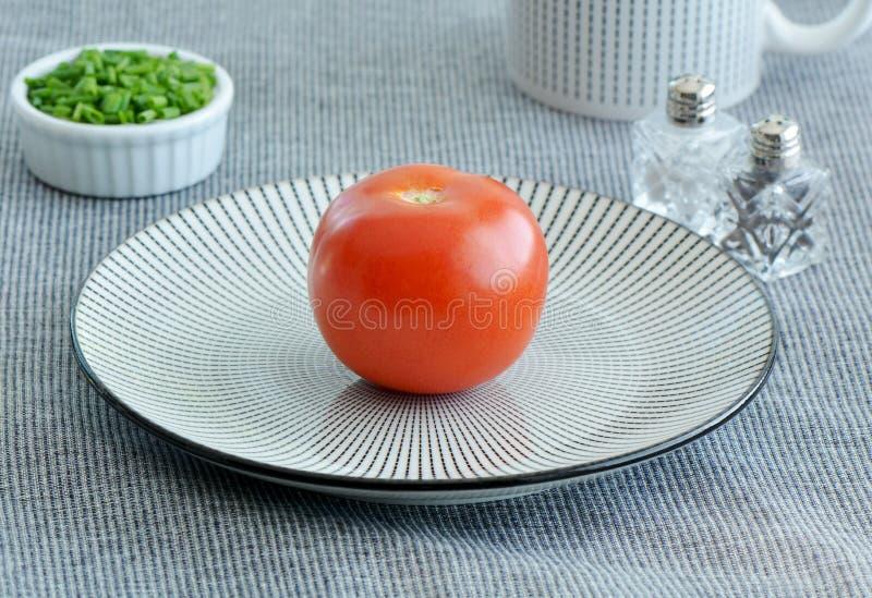 Tomates y cebolletas en rayas fotografía de archivo libre de regalías