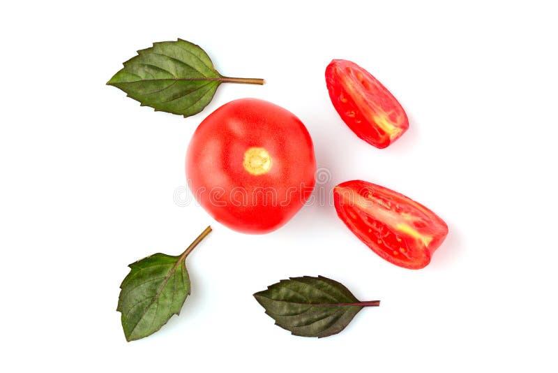 Tomates y hojas frescos de la albahaca imagen de archivo libre de regalías