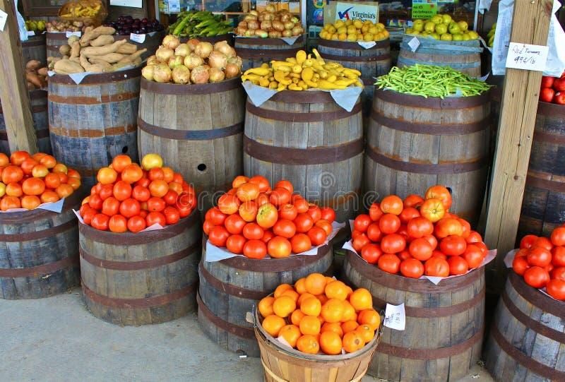 Tomates y otro producto en el almacén de país foto de archivo