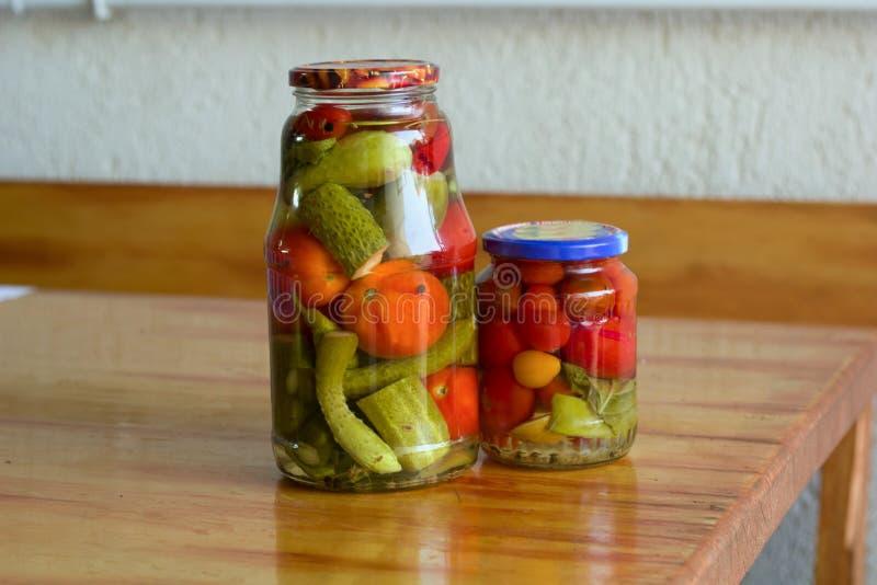 Tomates y pepinos conservados en un tarro foto de archivo
