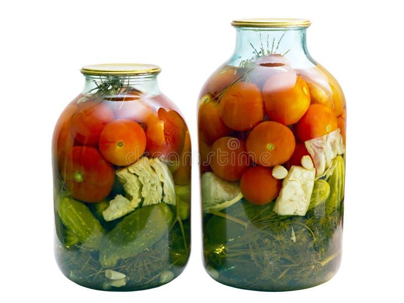 Tomates y pepinos conservados en un tarro de cristal foto de archivo libre de regalías