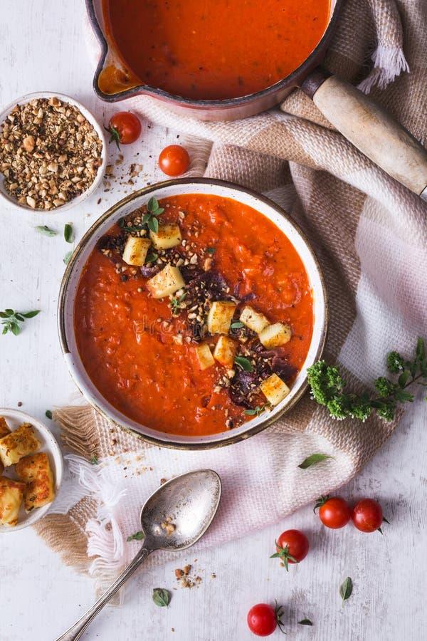 Tomates y sopa de la pimienta roja con Halloumi Chesse y las especias de Dukkah fotografía de archivo libre de regalías