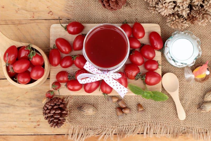Tomatesap met verse tomaten royalty-vrije stock fotografie