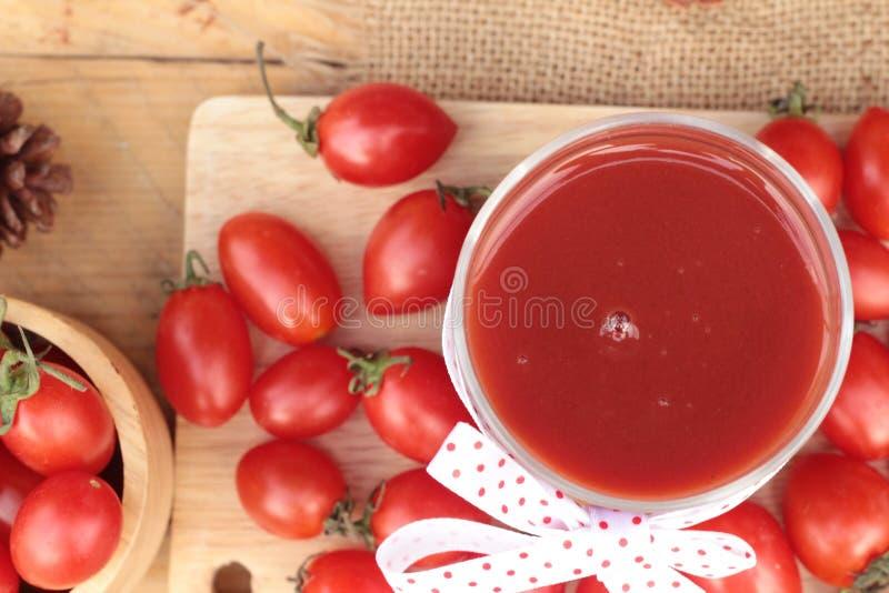 Tomatesap met verse tomaten royalty-vrije stock foto's