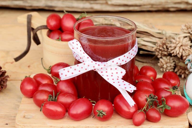 Tomatesap met verse tomaten stock foto