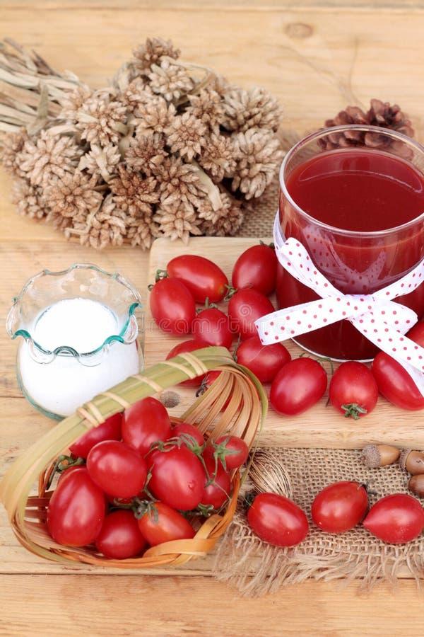 Tomatesap met verse tomaten royalty-vrije stock afbeelding