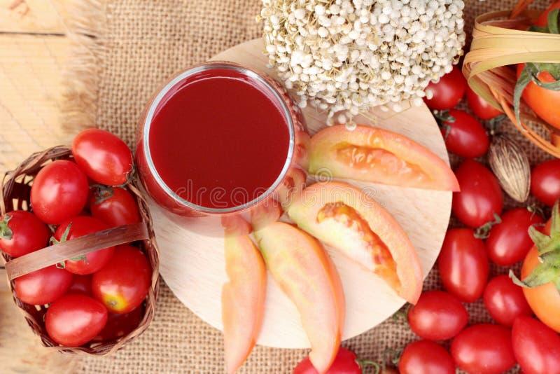 Tomatesap met verse tomaten stock foto's