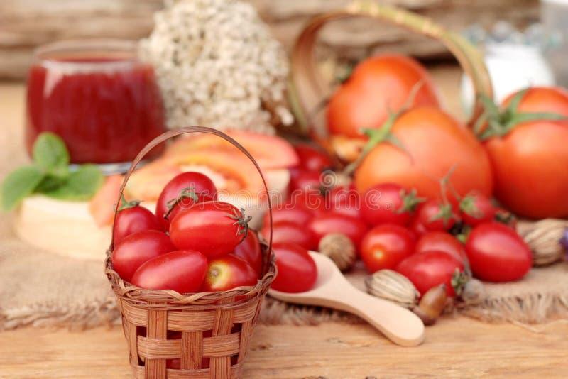 Tomatesap met verse tomaten royalty-vrije stock foto