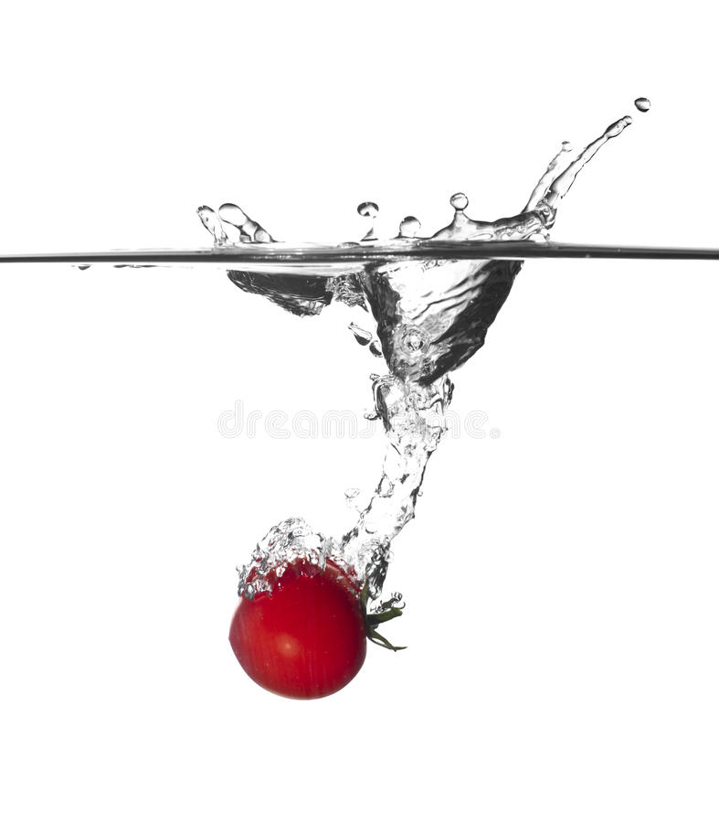 Tomatespritzen im Wasser stockbild