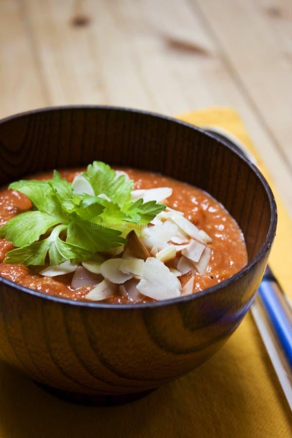 Tomatesuppe des roten Pfeffers mit Mandeln stockfotografie