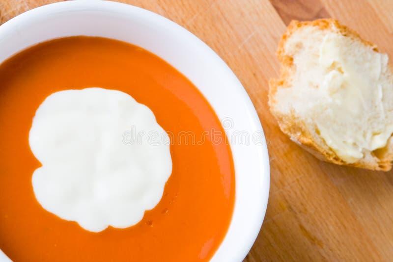 Tomatesuppe mit Sahne und Brot lizenzfreie stockbilder