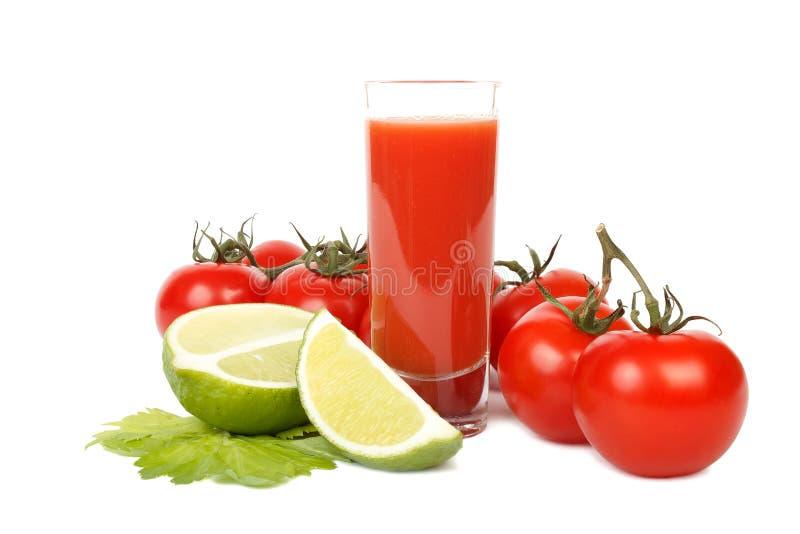 Tomatfruktsaft, limefrukt och grupp av tomater över vit arkivfoton