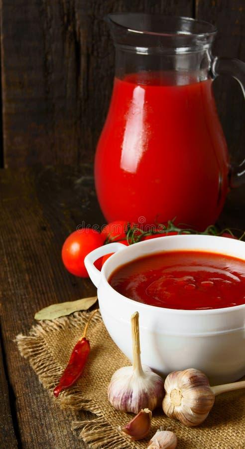 Tomatsås och kryddor royaltyfria foton