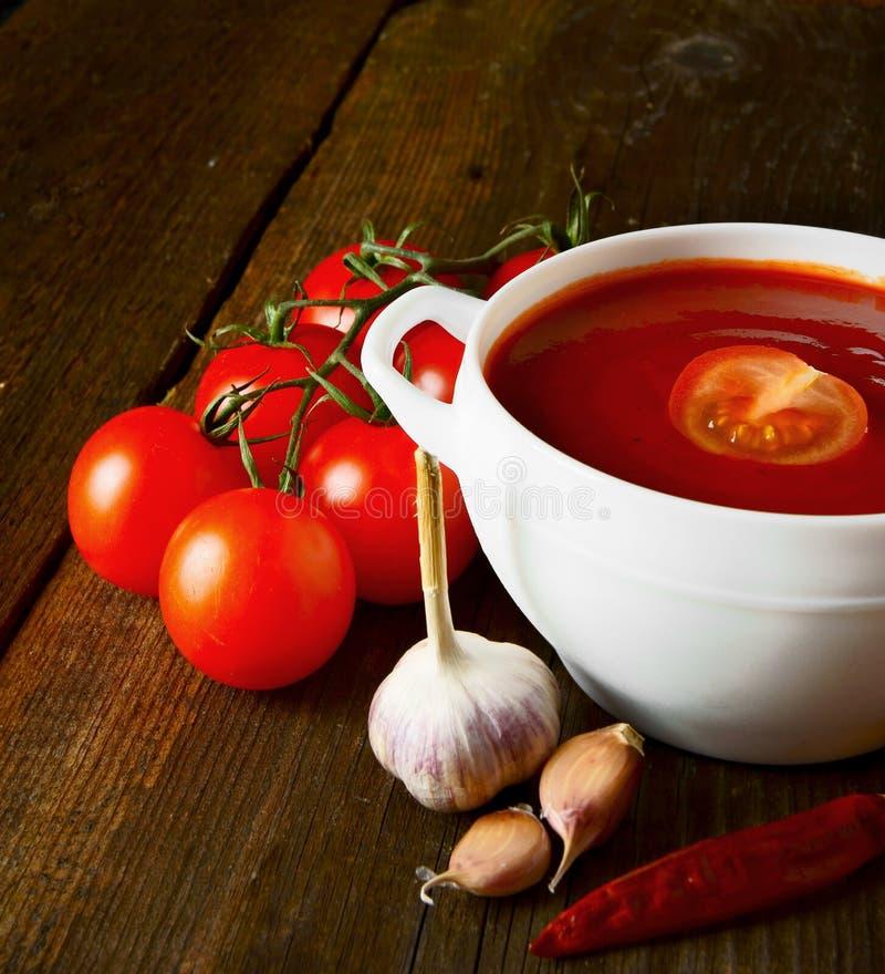 Tomatsås och kryddor arkivbilder