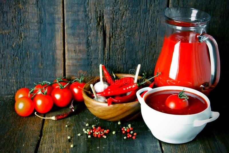 Tomatsås och kryddor royaltyfria bilder