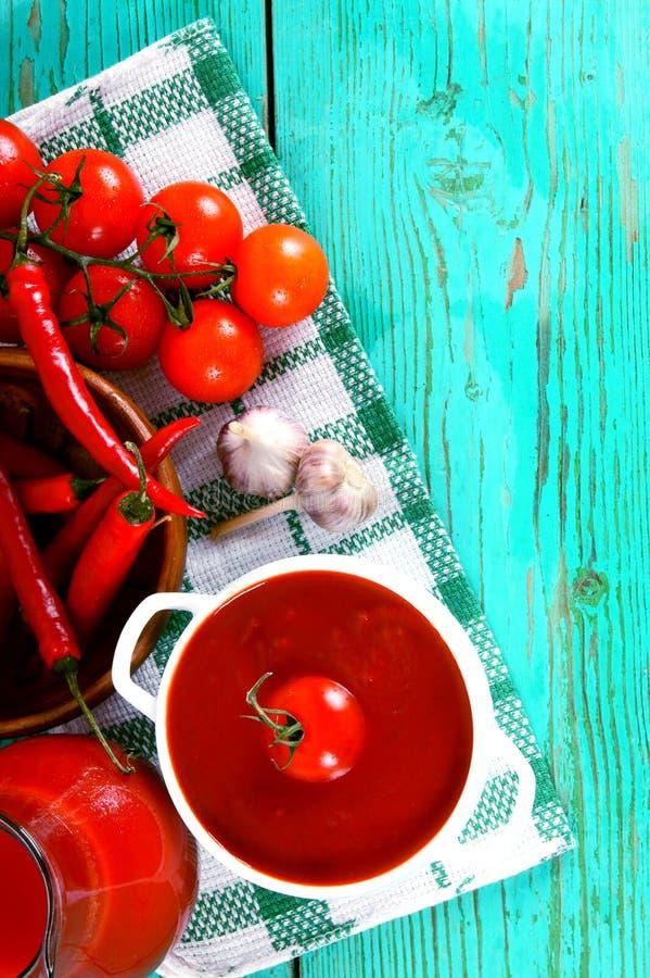 Tomatsås och kryddor arkivfoton