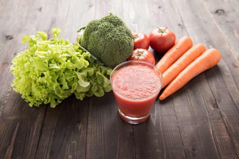 Tomatsmoothie med den nya ingredienser och grönsaken royaltyfria foton