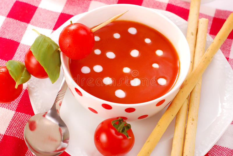 Tomatsoup med kräm- droppar royaltyfria bilder