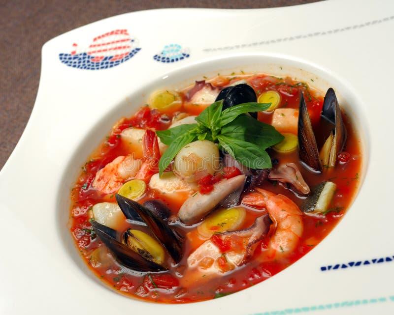 Tomatsoup med skaldjur och fisken arkivbilder