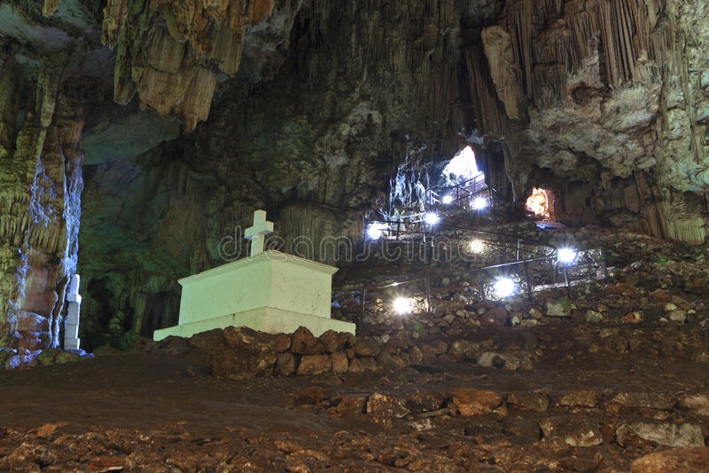 Tomba all'interno di una caverna a Crete, Grecia fotografia stock libera da diritti