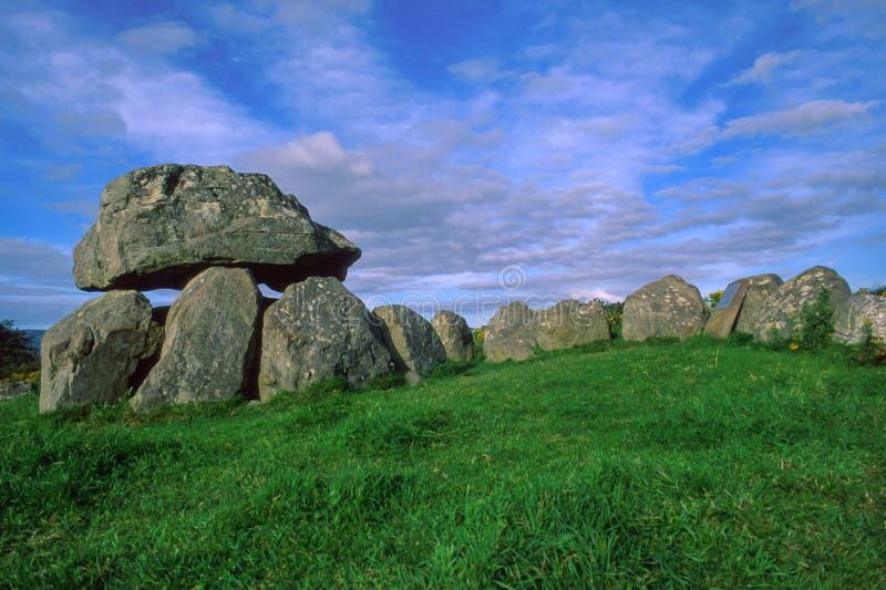 Tomba 7, Carrowmore, sulla penisola di Knocknarea in contea Sligo, un sito dei rituali funerei preistorici situati sulla collina, fotografia stock libera da diritti