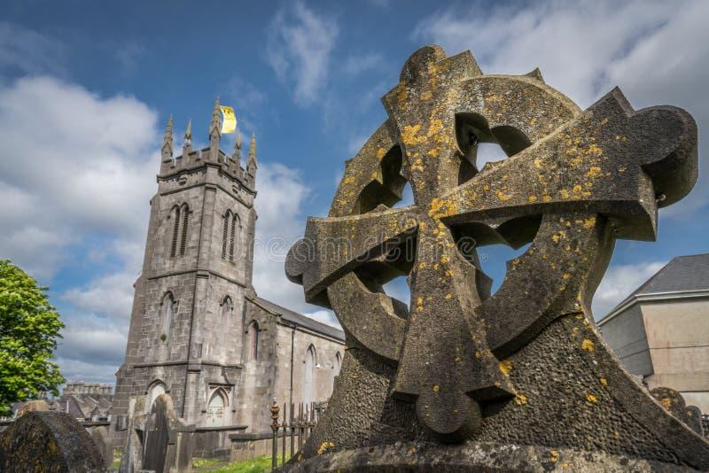 Tomba celtica e una cattedrale fotografia stock