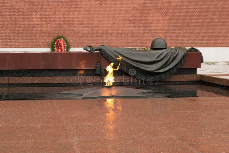Tomba del soldato sconosciuto al Cremlino a Mosca, Russia La fiamma eterna brucia in memoria di milioni di soldati sovietici immagine stock libera da diritti