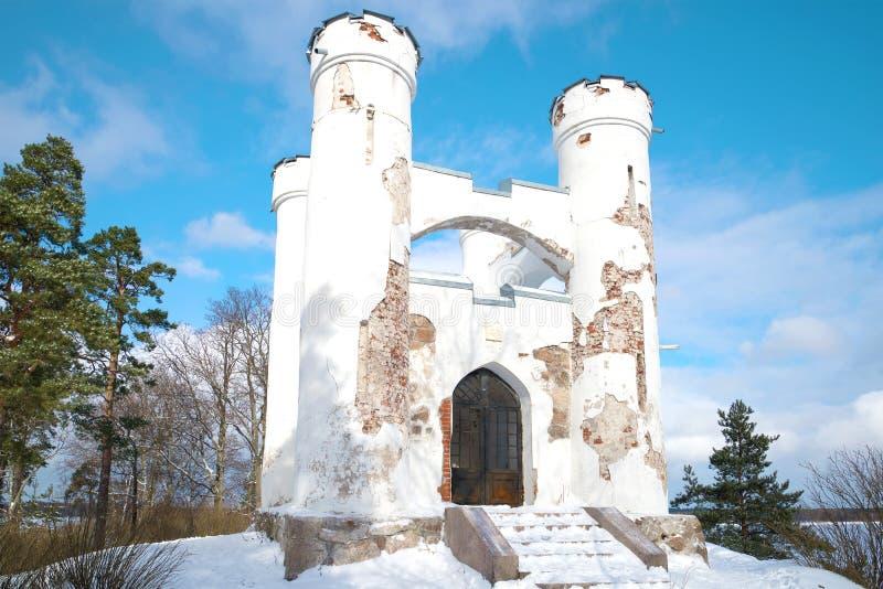 Tomba della cappella di Lyudvigsburg sull'isola della fine morta su nel pomeriggio soleggiato di febbraio Parco di Monrepos in Vy immagini stock