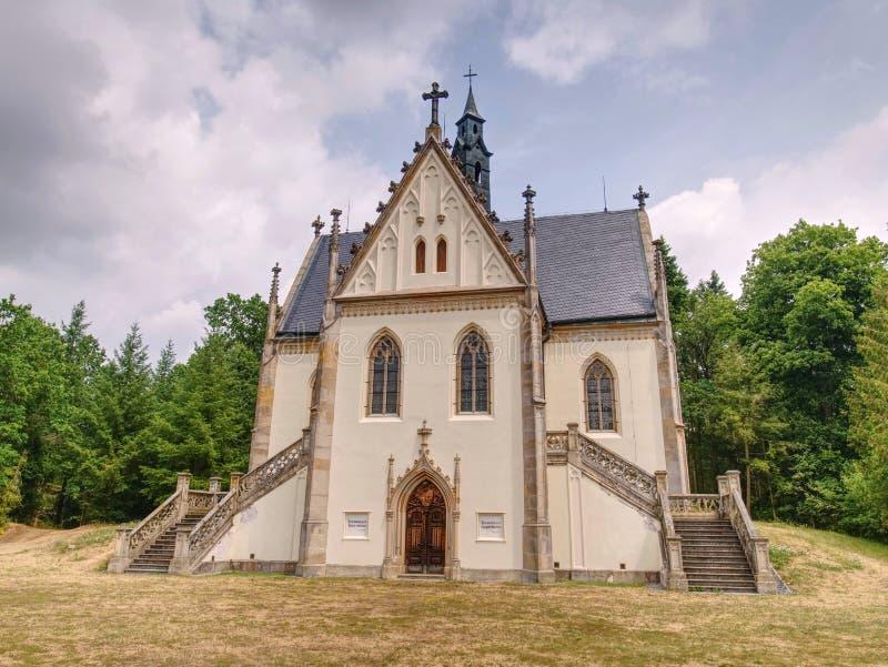 Tomba di Schwarzenberg situata nel parco del castello di Orlik, vicino alla diga di Orlik fotografia stock libera da diritti