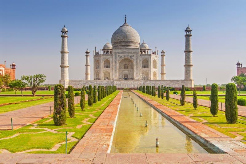 Tomba di Taj Mahal con la riflessione nell'acqua a Agra, Uttar Pradesh, India immagini stock