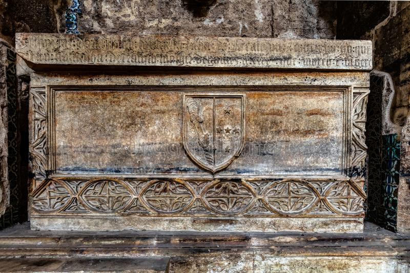 Tomba medievale nel monastero di Santa Clara-un-Velha fotografia stock