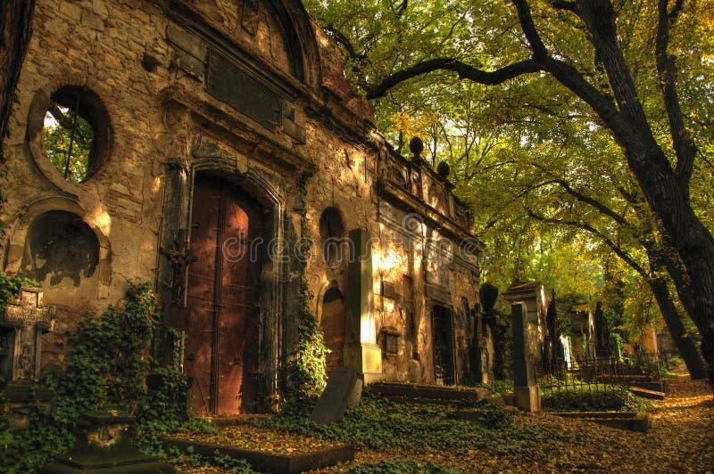 Tombe antique sur le cimetière d'Olsany à Prague image stock