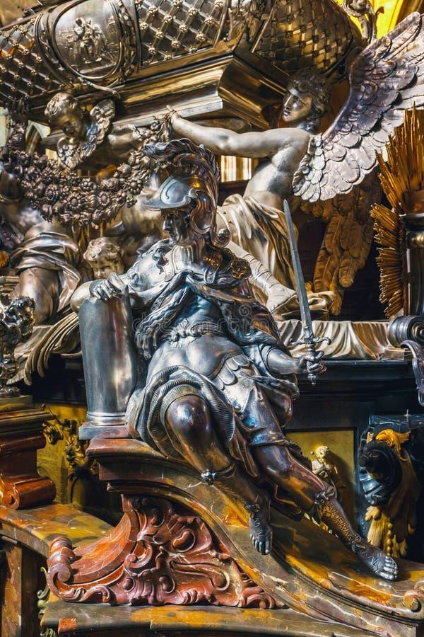 Tombe argentée baroque de St John de Nepomuk dans le St Vitus Cathedral dans le château de Prague images libres de droits