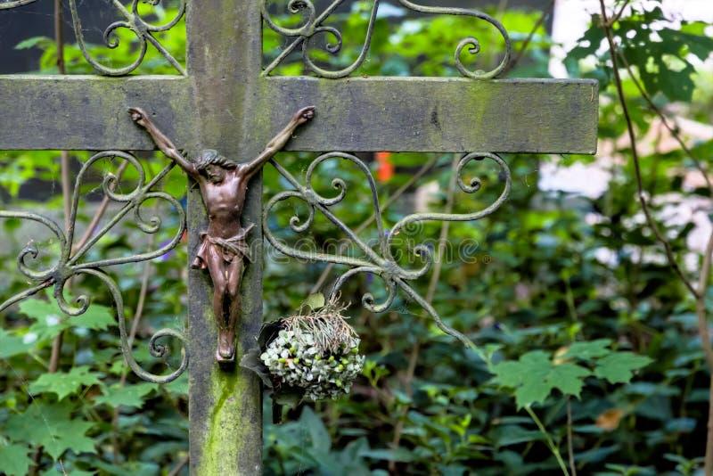 Tombe avec le crucifix photo libre de droits