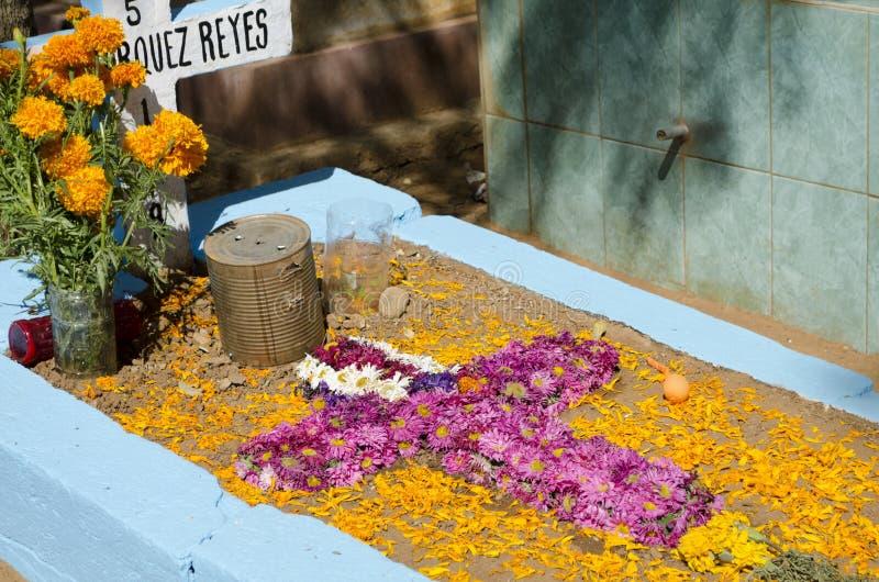 Tombe décorée des fleurs images libres de droits