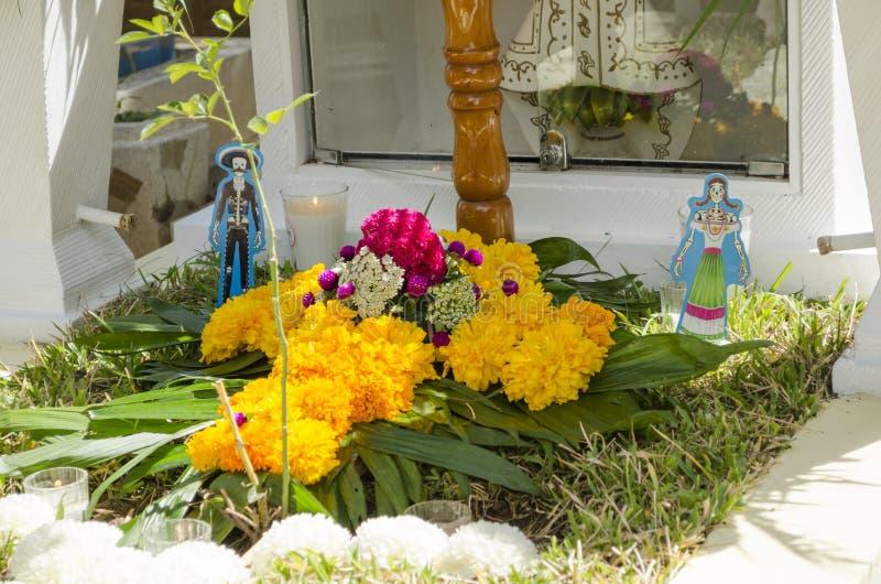 Tombe décorée des fleurs photographie stock libre de droits