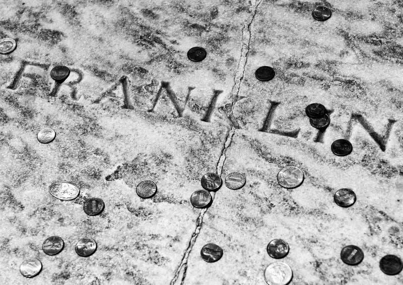 Tombe de Benjamin Franklin couverte dans les pièces de monnaie au cimetière d'église du Christ à Philadelphie, PA, Etats-Unis photos stock