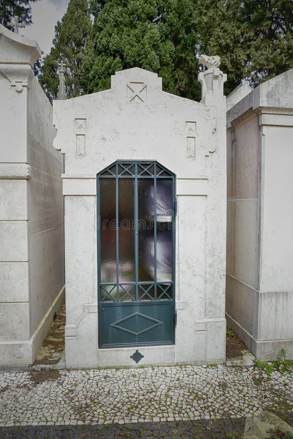 Tombe de famille voyant des urnes photos libres de droits