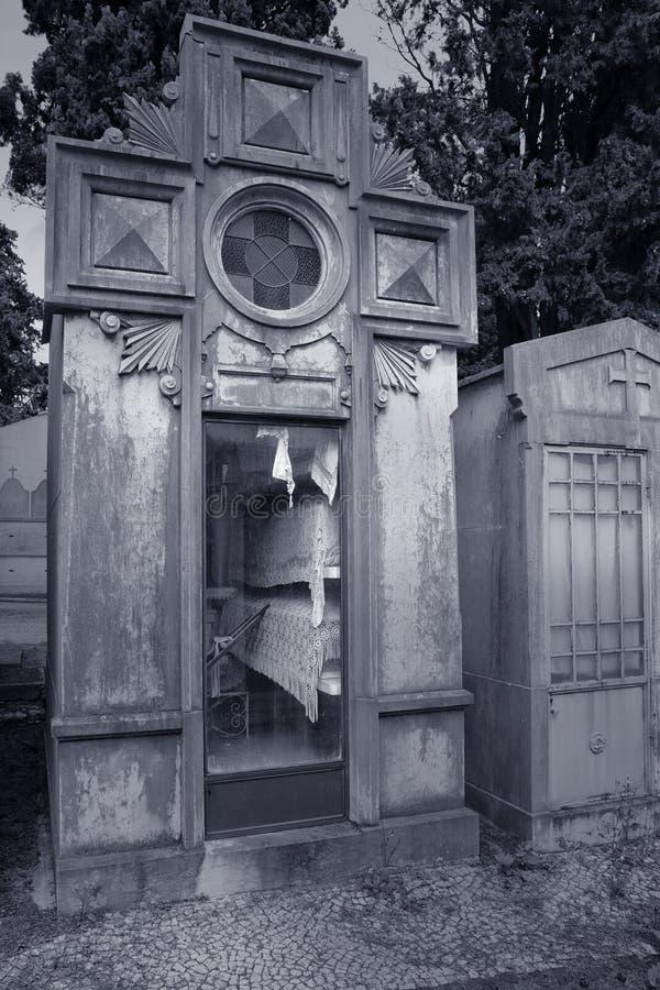 Tombe de famille voyant des urnes images libres de droits