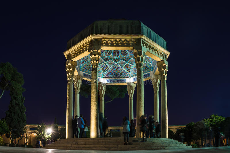Tombe de Hafez le grand poète iranien à Chiraz la nuit photos stock