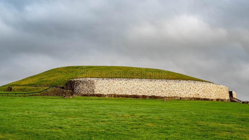 Tombe de passage chez Newgrange en Irlande image libre de droits