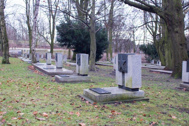 Tombe dei soldati ucraini e bielorussi russi nel parco polacco la città di Poznan fotografia stock