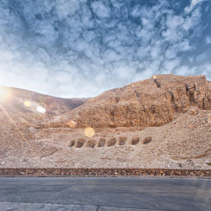 Tombe del pendio di collina nella valle dei re egitto fotografia stock