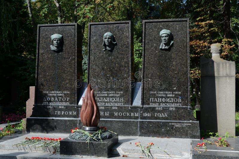 Tombe des héros de l'Union Soviétique Lev Dovator, Victor Talalikhin et Ivan Panfilov au cimetière de Novodevichy à Moscou photographie stock libre de droits